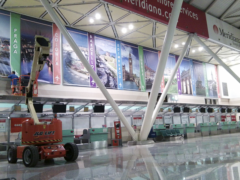 Allestimento con banner e strutture tenditelo in acciaio - Aeroporto Olbia Costa Smeralda - NAVARRA NEON, Olbia